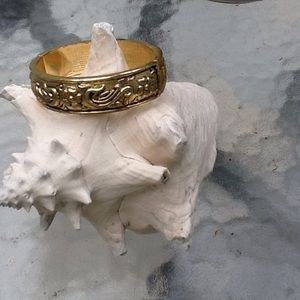 CLASSIC EMBOSSED GOLD FILLED HINGED BRACELET